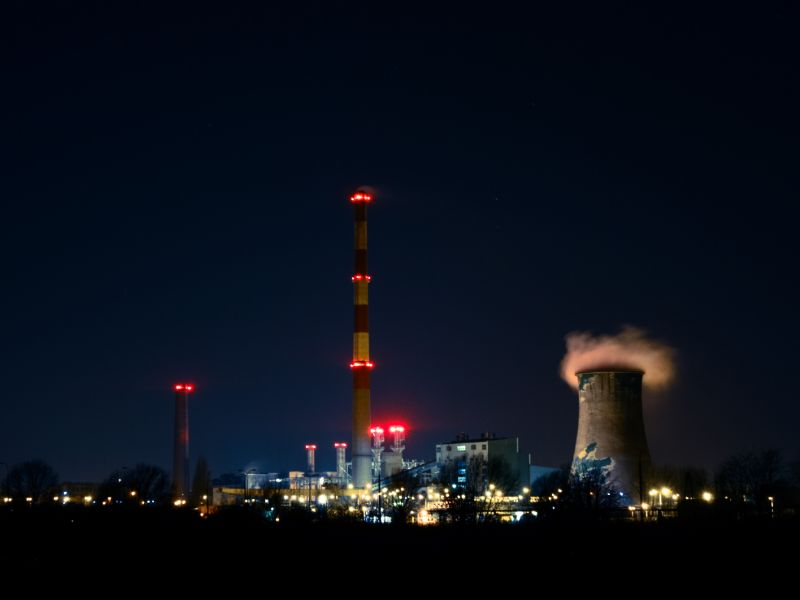 Kraftwerk bei Nacht