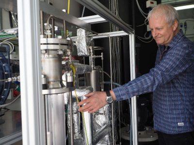 Dr. Ulrich Zuberbühler vor der ZSW-Versuchsanlage zur CO2-Gewinnung