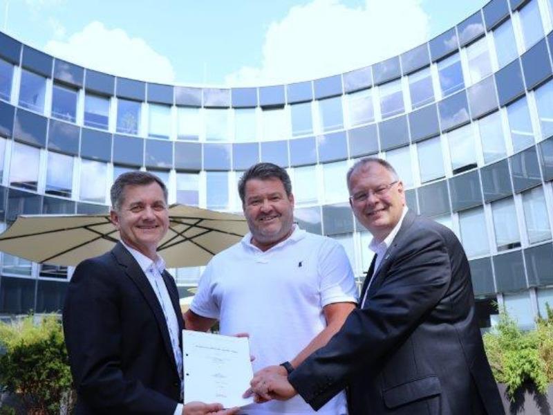 Wolfgang Geisinger, Michael Schwaiger und Wolfgang Panzer beisiegeln Geothermie-Vertrag