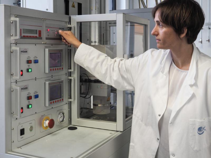 ZSW-Forscherin bei der Analyse des Ascheprodukts aus der Klärschlamm-Verbrennung