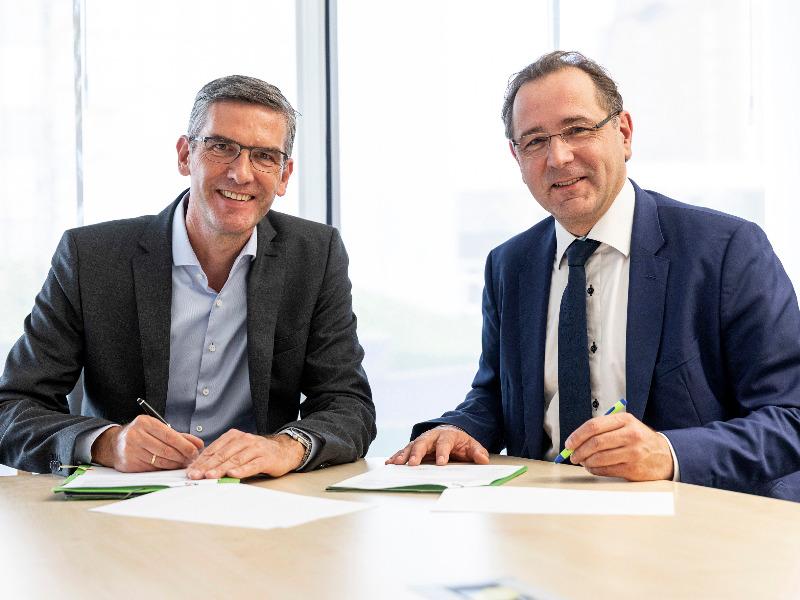 Dr. Stephan Tenge (links), Avacon, und Prof. Dr. Gerald Linke, DVGW, unterzeichnen Wasserstoff-Kooperation