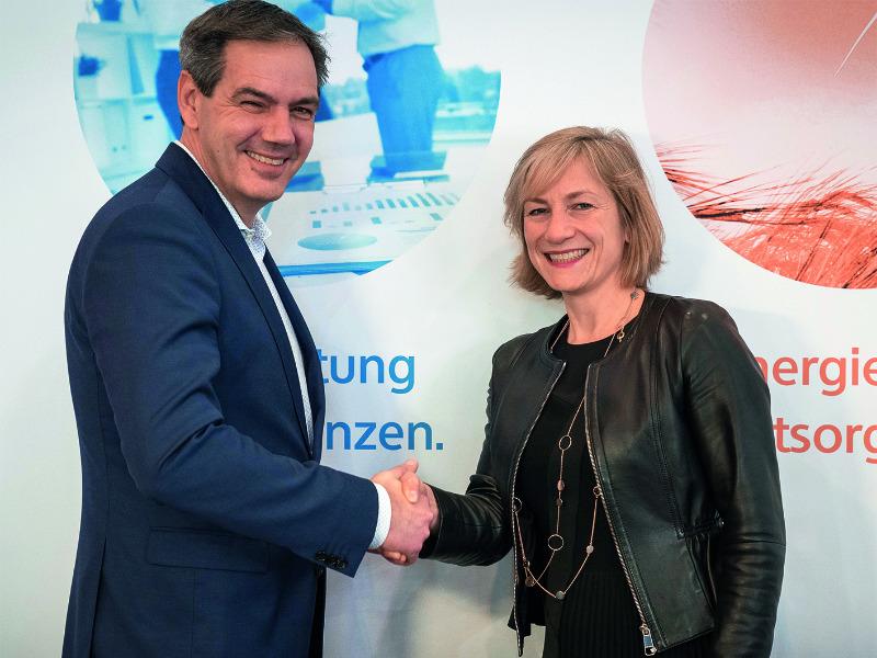 Dieter Ludwigs und Simone Hessel besiegeln die Kooperation zur Smart Meter Gateway Administration zwischen regio iT und rku.it.